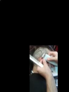 Robert Jr. Ouimet en pleine création d'une coiffure tribale