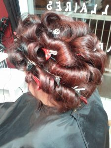 Photo d'une coiffure en bouclettes avec pinces