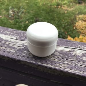 Pot de plastique blanc avec couvercle. Format 30 ml