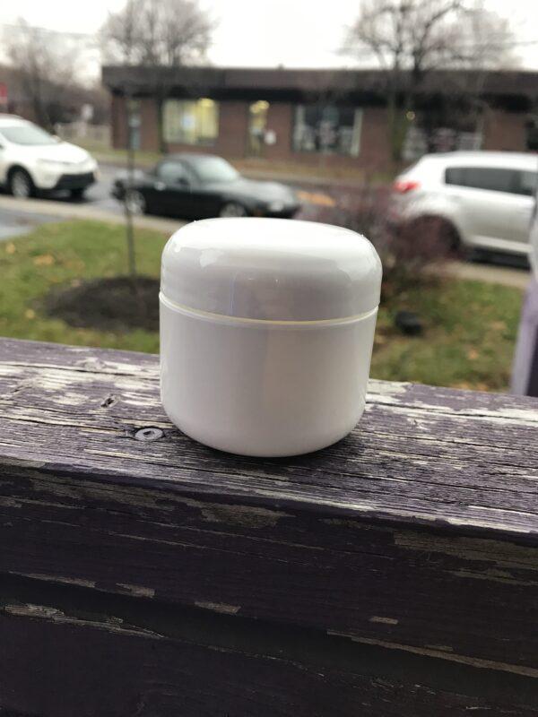 Pot de plastique blanc avec couvercle- Format 50 g. -Longueuil Rive-Sud de Montréal