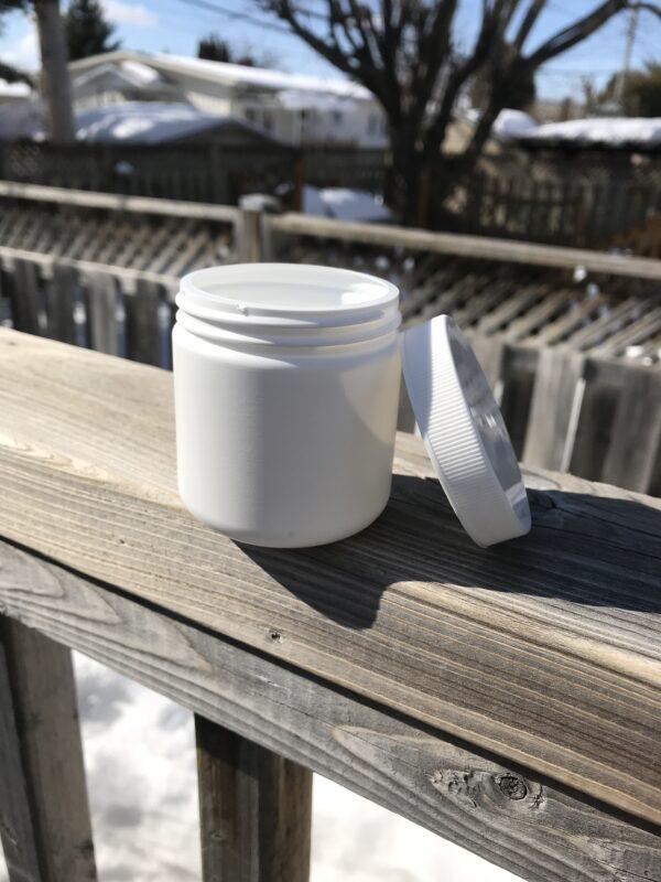 Pot de plastique blanc avec couvercle. Format 100 g