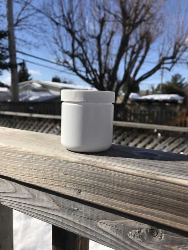 Pot de plastique blanc avec couvercle. Format 100 ml
